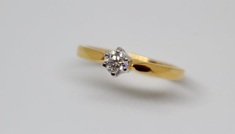 66a00494699482 Pierścionek zaręczynowy złoty, z szafirem czy z rubinem? Niełatwa sztuka  wyboru- pierscionkizareczynowe.edu.pl